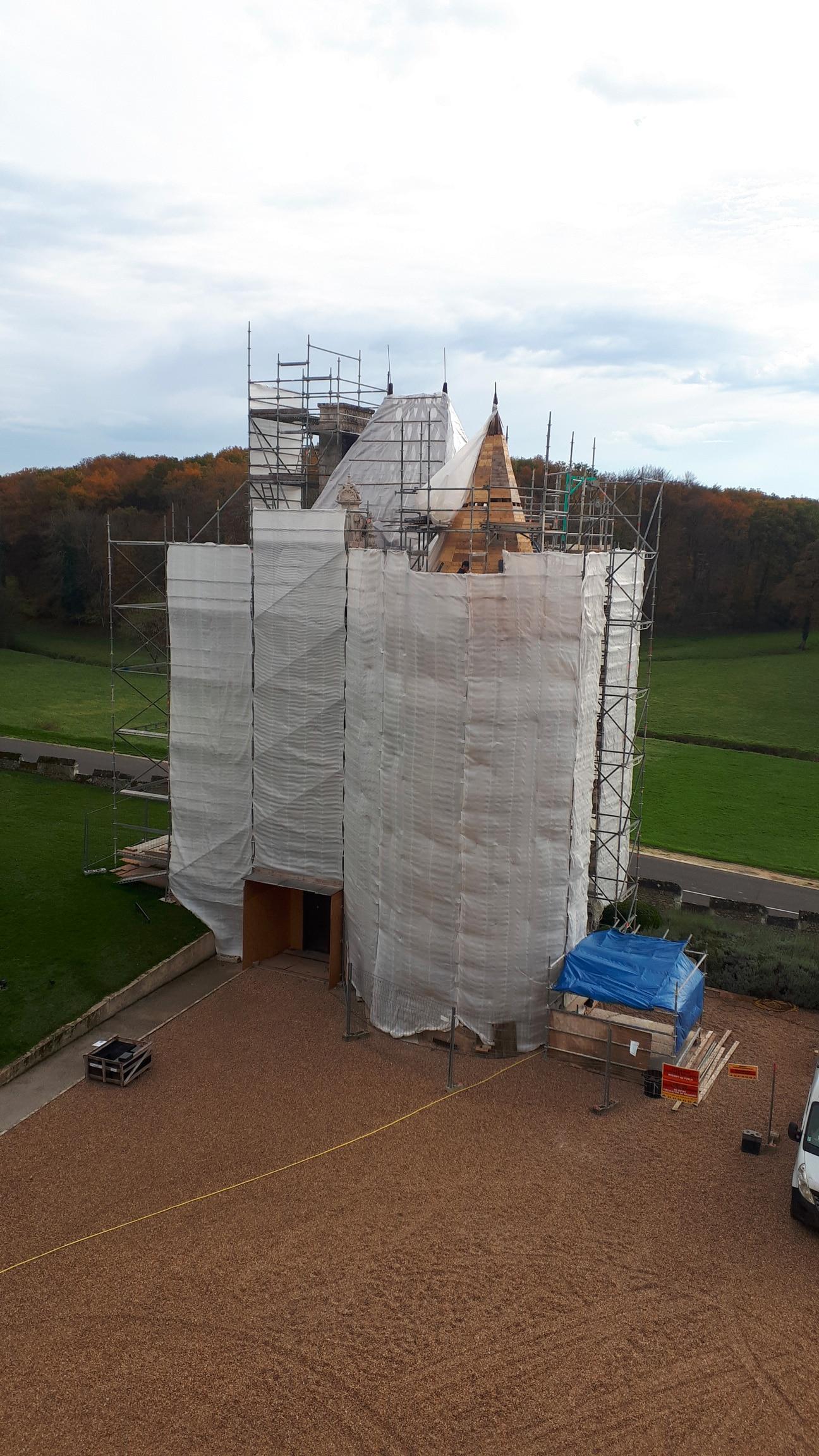 Echafaudage du châtelet d'entrée du Château de Montpoupon pour sa restauration.